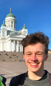 Niklas Marschall, im Hintergrund der Dom von Helsinki