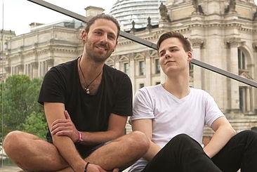 Standbild: die Studenten Linus und Efti im Interview vor dem Reichstag